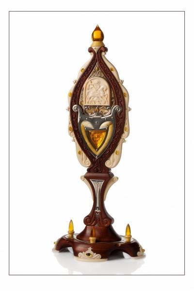 Поставец «Георгий Победоносец». 2018 Автор Евгений Зубаков  Янтарь, серебро, дерево  22х8х6 см